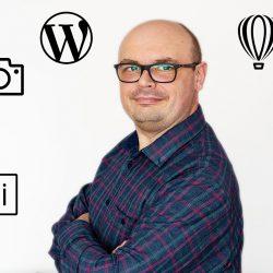 Mariusz Pajączkowski w otoczeniu logotypów aplikacji